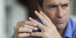 Как мужчина переживает развод
