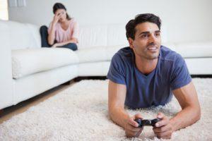 Муж играет в компьютерные игры