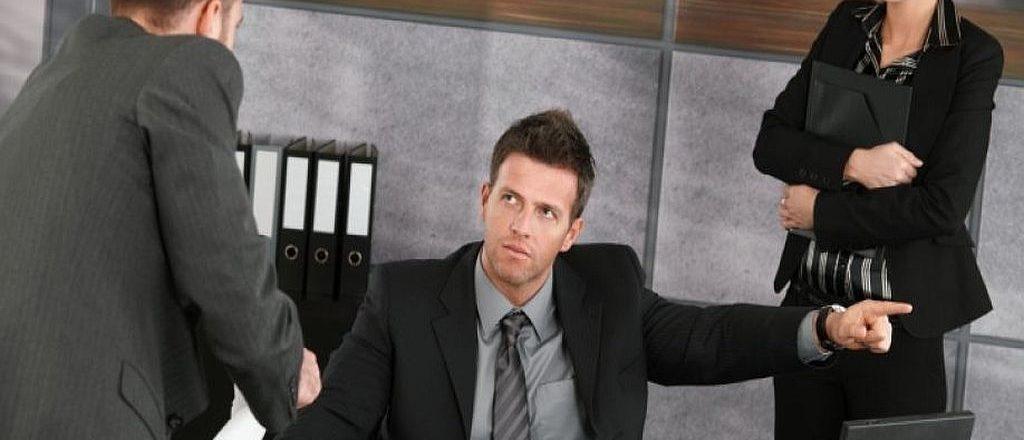 Законно ли заставлять писать заявление по собственному желанию?