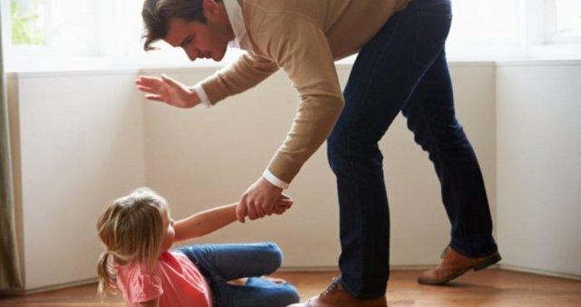 Нанесение телесных повреждений несовершеннолетнему: какова ответственность за причинение легкого вреда здоровью ребенка и как смотрит закон на малолетних преступников?