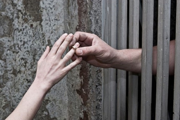 Сложно ли развестись, если муж или жена сидят в тюрьме и как это сделать?