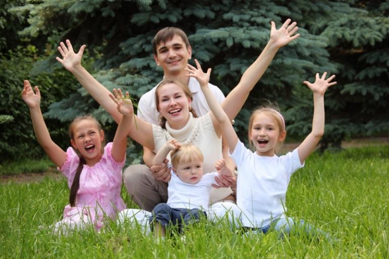 Какие льготы и субсидии положены многодетным семья: правила оформления документов, снижение процентов по налогам