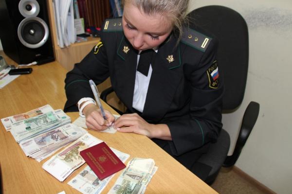 Могут ли приставы снимать деньги с карты несовершеннолетнего | urist-yslugi.ru