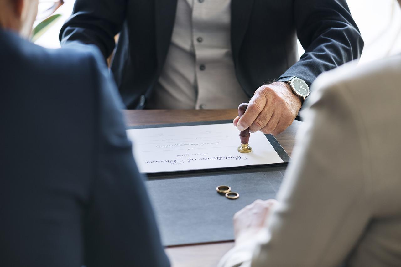 Как разделить ипотечную квартиру и непогашенные кредиты при разводе?