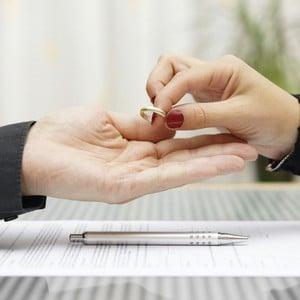 Подозреваете, что жена подала на развод? проверьте подано ли заявление в загс или суд