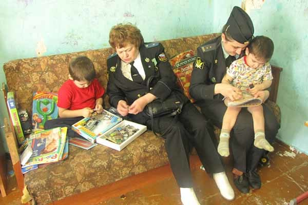 Имеют ли право судебные приставы снимать деньги с детского пособия?
