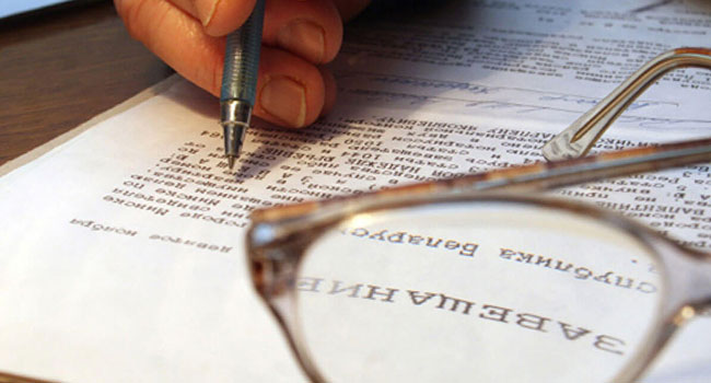 Завещание или дарственная - что лучше: чем они отличаются, что дешевле оформить для наследника, какими налогами облагается договор дарения и документ на право наследования, а также какую сделку легче оспорить в суде?
